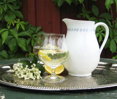 Fläderblomssaft är för många en nostalgisk dryck från soliga dagar i barndomen. Saften är enkel att göra och allt som krävs är lite tid för vattnet att suga åt sig den härliga aromen från fläderblommorna och den syrliga citronen.