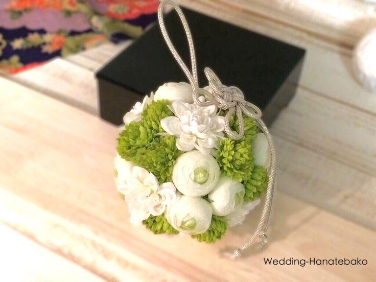 ホワイトとグリーンの手まりブーケ 銀糸の組紐を合わせて。  ウェディング花手箱