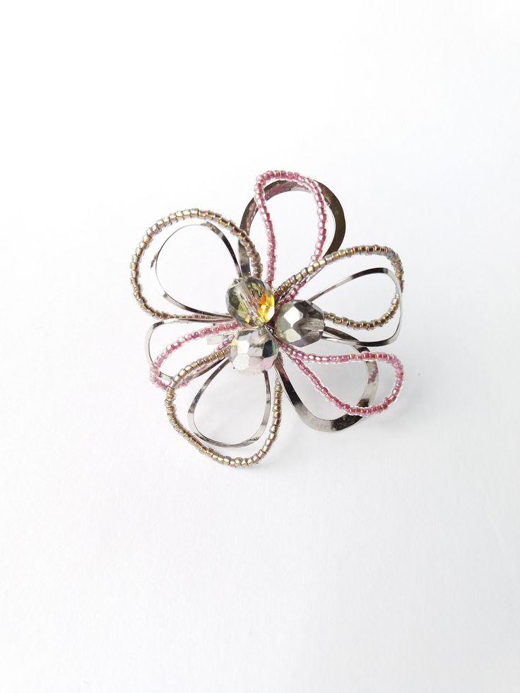 """Prsten+Nr.63+""""Něha""""+Autorský+šperk.+Originál,+který+existuje+pouze+vjednom+jediném+exempláři+z+romantické+kolekce+""""Variace+na+květy"""".Vyniká+svou+lehkostí,+jedinečným+výrazem,+kouzelným+prostorovým+tvarem+a+krásnou+jemně+laděnou+barevností.+Prostorový+tvar+vždy+vypadá+velmi+lehce,+vzdušně,+zajímavě+a+na+ruce,+která+je+v+pohybu+jakoby+ožívá.+Pro+ženu+velmi..."""