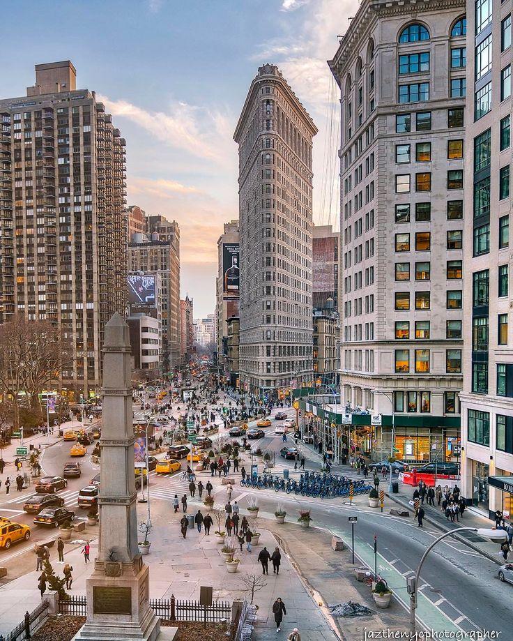 Edificio Flatiron / El edificio Flatiron, originalmente edificio Fuller, es un rascacielos centenario situado en Manhattan. Era uno de los edificios más altos de Nueva York cuando finalizó su construcción en el año 1902. Recibió su nombre oficial de George A.