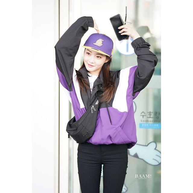 [180216][#chunghaairportpics : heading to LA for 2018 NBA All Star Weekend ] _ #chunghaxnba : she looks soooo smol haha . Babe have a safe flight @chungha_official by : BAAM. #ioi #kimchungha #chungha #chungha💕 #chunghaioiworldss #김청하 #아이오아이 #아이오아이청하 #청하