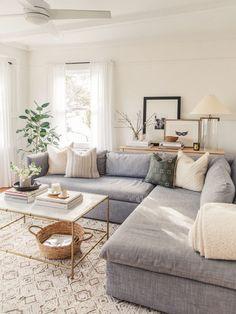 modernes Bauernhaus-Wohnzimmerdekor mit neutralen Farben, neutrales F