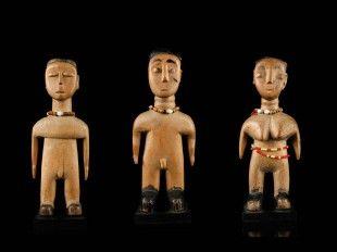 "47 3 Figuren, ""venavi"" (TRIBAL ART) Ewe, Ghana / Togo Gesockelt (base included) Holz. H 18,5 cm bis 20 cm.   Provenienz: Nachlass René David (1928-2015), Zürich."