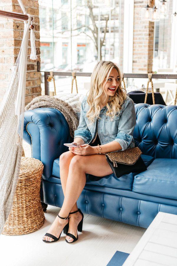 темно-синий стеганый кожаный диван, Хэмптон социального чикаго, джинсовая куртка, черные каблуки, леопард сцепление, девушки ночь обмундирования идея