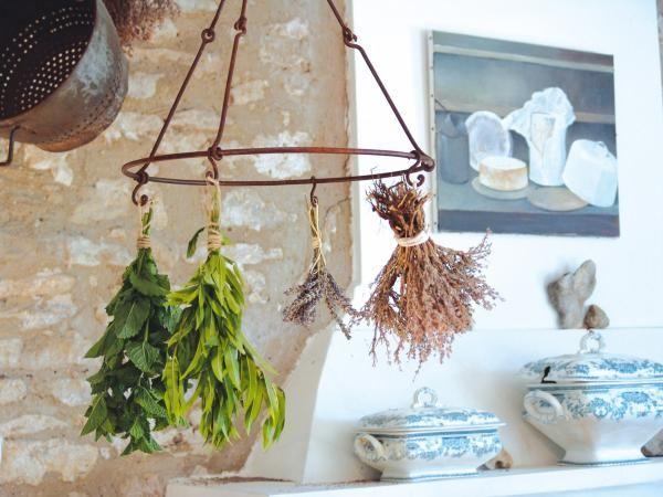 Ez az egyedi felakasztható növény és virágszárító alkalmas konyhában fűszernövények szárítására vagy különböző eszközök tárolására is. Hat horoggal ellátott kör alakú szárító és akasztó, páratlan és különleges meglepetés lehet szeretteinknek.