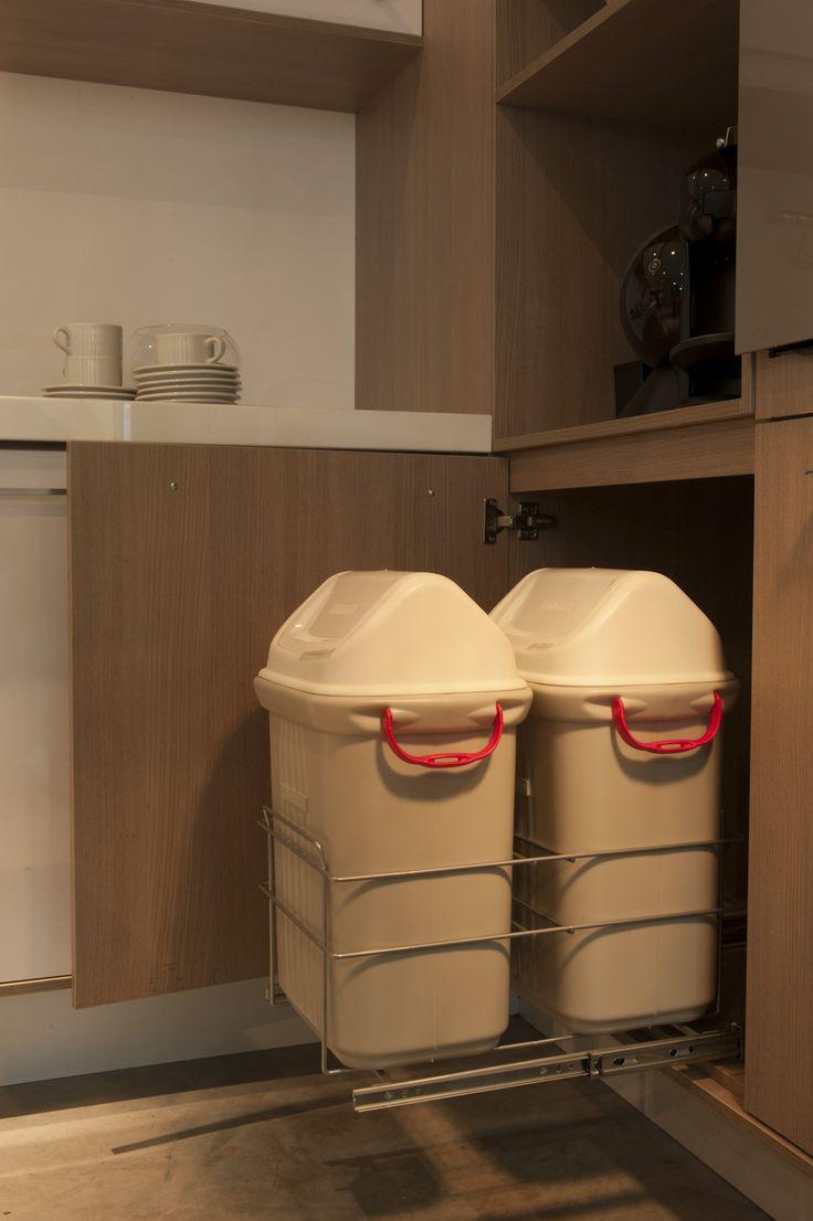 Detalhe das ferragens e acabamento interno do porta-lixeiros da cozinha planejada. http://www.moradamoveis.com/