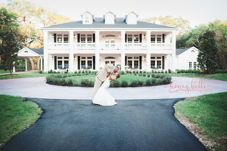 GORGEOUS Texas wedding venue | Magnolia Manor at THE SPRINGS in Angleton.  This Houston, TX wedding venue will blow you away.   A southern plantation hall is the perfect wedding venue who any southern bride who loves the simple yet beautiful things.