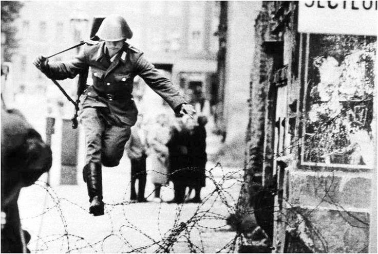 Fotografía de Peter Leibing (alemán), conocido por su fotografía del 15 de agosto de 1961, que muestra al soldado fronterizo Conrad Schumann saltando sobre una valla de alambre de púas, durante la construcción del muro de Berlín, para huir desde la Alemania Oriental hacia la Alemania Occidental.