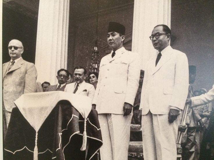 Soekarno-Hatta saat peringatan 5 tahun Kemerdekaan RI di Istana merdeka yang untuk pertama kalinya dilaksanakan bagi pemerintah Indonesia, Jakarta 17 Agustus 1950. (IPPHOS - Antara Foto).