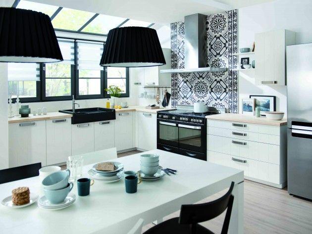 vue sur l 39 ensemble de la cuisine noir et blanche avec parquet et plan de travail en bois clair. Black Bedroom Furniture Sets. Home Design Ideas