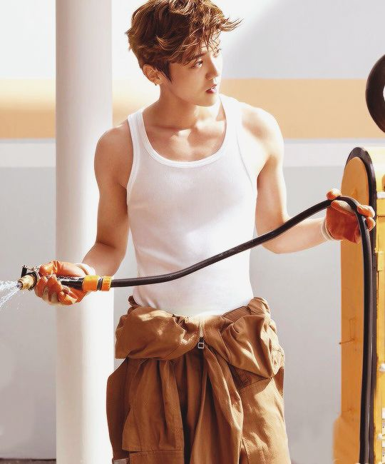 理想男人 Luhan - holy crap.. he can do manly! wow..
