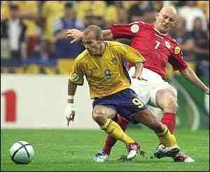 Denmark 2 Sweden 2 in 2004 in Porto. Freddie Ljungberg gives Thomas Gravesen the slip in Group C at Euro 2004.