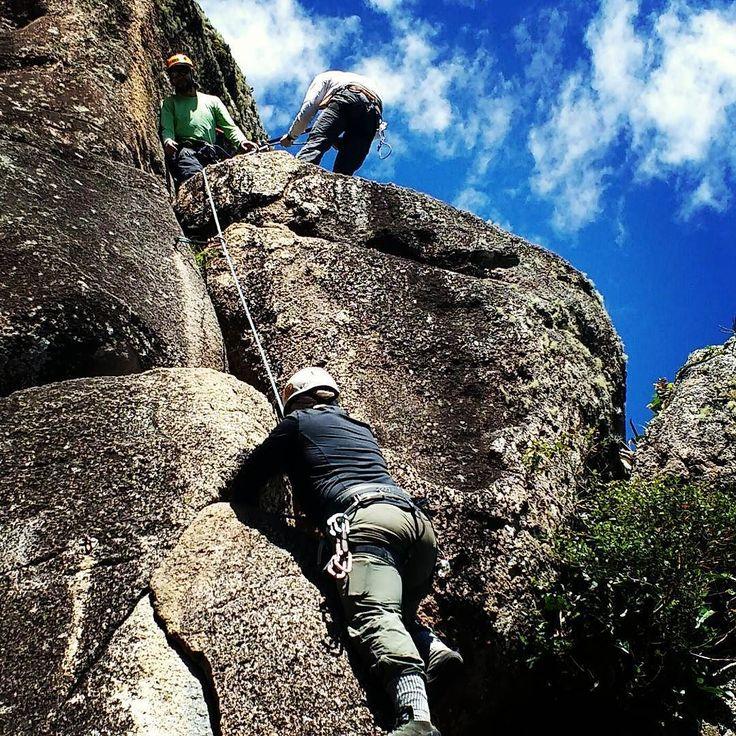 Dia perfeito para o Curso de Escalada em Rocha @gentedemontanhaoficial ! TURMA ANIMADA E PRONTA PARA SUPERAR-SE!  #GentedeMontanha #escaladaemrocha #escalada #climbing