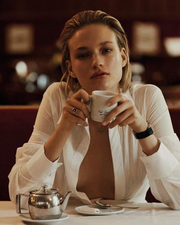 """610 curtidas, 2 comentários - Vogue España (@voguespain) no Instagram: """"Esto es todo lo que le pedimos a esta mañana de domingo: un café bien cargado y conexión Wifi para…"""""""