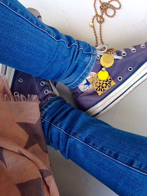 Natanè Planet Rhombus necklace on All Star shoeses. #necklace #collane #colors #Yellow #blue #woman #fashion #style #outfit #swarovski #jewel #bijoux #shoes #shoeses #all star #girl #natanè