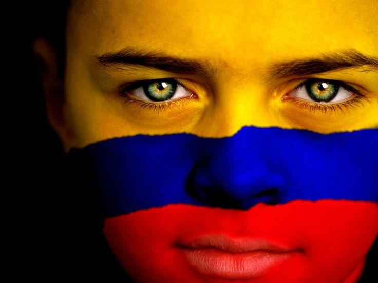 Joven con la bandera de Colombia en su rostro