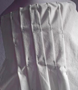 Фиксация складок плиссировки булавками. Плиссировка ткани. Как сделать плиссировку ткани своими руками?