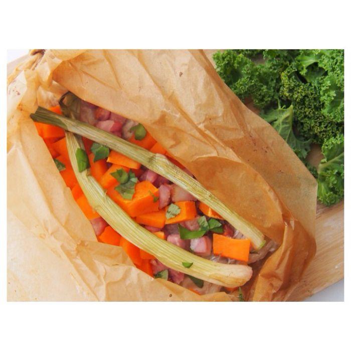 Mat-pakker med torsk, bacon og grønnsaker.