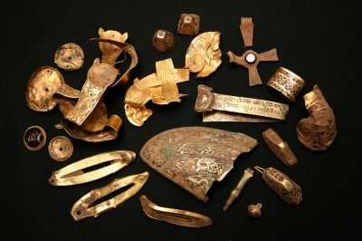 Over 250 artefacts were found in 1939 during the excavations at Sutton Hoo. These included: Apart from the jewels and weapons, lots of other objects were found in the burial chamber of the ship burial at Sutton Hoo. Some of them came from far away. The owner must have been very rich