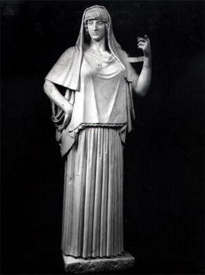 DIOSES DEL OLYMPO - 1ª Generación - H E S T I A - Hija mayor de Chrono y Rea, Diosa de la cocina, de la Arquitectura, del Fuego que calienta el hogar, de ahí que su símbolo sea el Círculo. Casi no salía del Olympo, ni se mezclaba entre disputas de Dioses y Hombres