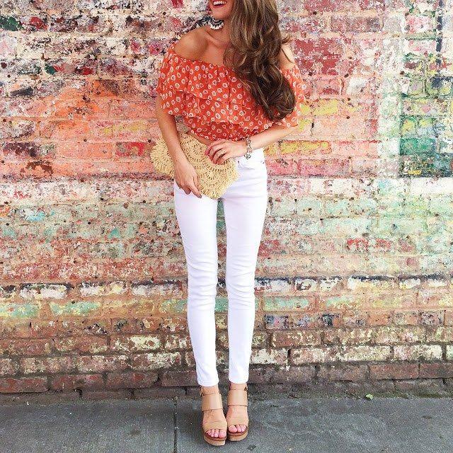 Zur weißen Hose passen Oberteile in sanften Farben oder gemusterte Blusen in denen Weiß vorkommt
