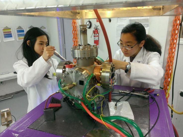 Самодельный фузор  Бывает, что школьные уроки физики скучны, хочется серьёзных экспериментов, а не поджигать спирт в пробирке. Почему бы тогда не собрать у...