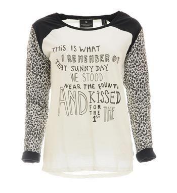 Maison Scotch t-shirt met tekst print aan de voorzijde. De lange mouwen in all over panterprint zijn voorzien van een zwarte tricot voering die zichtbaar wordt bij het oprollen van de mouwen -Off white - NummerZestien.eu
