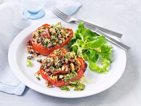 [ Fylld paprika med svamp & soltorkade tomater ] 2 pers. 175 g skogschampinjoner / 1 msk rapsolja / salt, peppar / 1 vitlöksklyfta (krossad) / 12 soltorkade tomater, hackade / 1 dl ströbröd / 25 g nötter, grovhackade / liten bunt slätbladig persilja, finhackad / ½ tsk chiliflagor / 4 tsk pesto / 2 paprika | Ugn 220°. Fräs svamp i olja, salt, peppar 5 min. Blanda i vitlök, tomat, ströbröd, nötter, persilja, chili, pesto. Halvera paprikor. Lägg på ugnsform, klicka fyllning. Baka ca 40–45 min.
