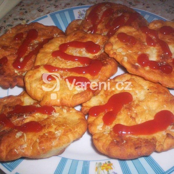 Tohle je originální recept na LANGOS, ostatní přísady byly modifikovány většinou pouličními prodejci a neznalostí ostatních. Langoše se totiž dělaly ze zbytků těsta k pečení chleba. A na maďarské puszta se chléb pekl jenom jednou za týden.