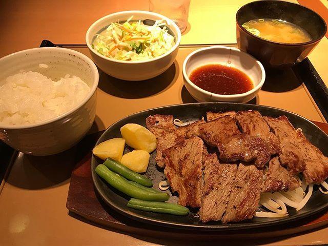 やよい軒に行って来ました👏 特盛ビーフステーキ定食注文! 満腹になりました😋 #やよい軒 #特盛 #ビーフステーキ #定食 #肉 #満腹