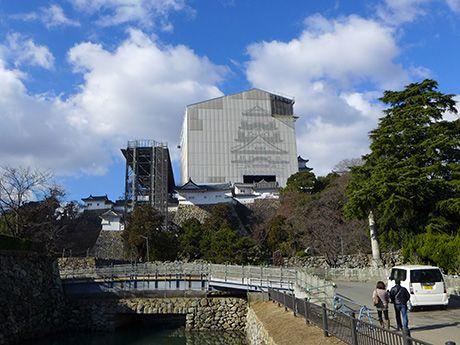 姫路城「天空の白鷺」、閉館に向け解体工事順調-城内には「ジャンボ門松」も(写真ニュース)