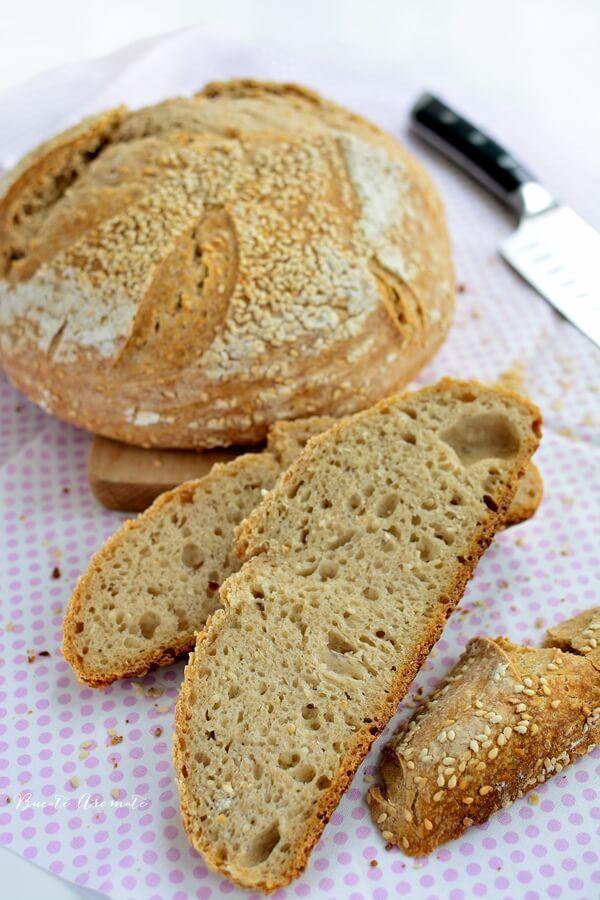 Experimentele mele cu maia naturală continuă şi nimic nu îmi place mai mult decât să fac pâine de casă şi mai ales pâine cu maia. Nu doar că îmi place gustul, coaja ei groasă şi