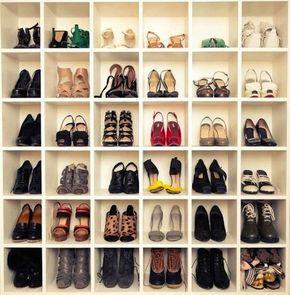 Sapateira dentro de closet em formado de caixas na estante