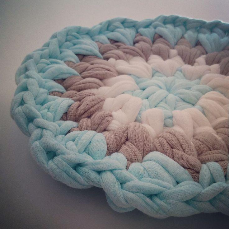 Trapillo T-shirt yarn potholder || By OsaEinaim תחתית לסירים מחוטי טריקו || עושה עיניים http://slowknit.wordpress.com/