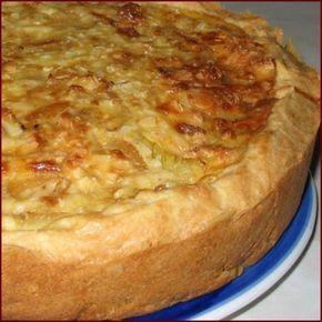 ЛУКОВЫЙ ПИРОГ. Очень сытный и вкусный пирог. Ингредиенты Тесто:1 стакан муки,125 гр масла,3 ст ложки сметаны,0,5 ч ложки соды, соль по вкусу. Начинка: плавленые сырки 2 шт по 100 гр,3 сырые луковицы,3 яйца. Пригот…
