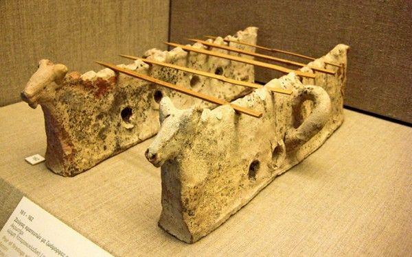 Τα ξύλινα καλαμάκια ονομάζονταν οβελοί. Έτσι προέκυψε η ονομασία οβελίες για τα σουβλιστά ζώα.