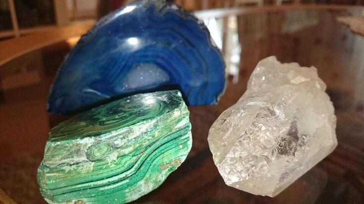 Malakiitti, akaatti ja vuorikristalli