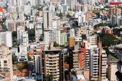 O valor médio do metro quadrado dos imóveis residenciais usados em Curitiba está congelado há 12 meses e os preços praticados já estão no patamar mínimo de avaliação e oferta Os valores
