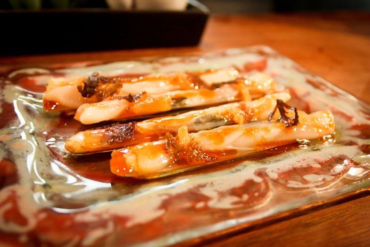 Efter syv år som køkkenchef på en af verdens mest indflydelsesrige restauranter – elBulli – har Albert Raurich nu åbnet sin egen restaurant – Dos Palillos. En tapas bar i Barcelona, der serverer autentisk asiatisk mad i topklasse.