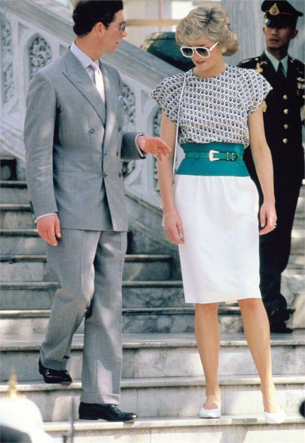 Era il 1988 e, in visita ufficiale a Bangkok, Diana dava prova di un senso per lo stile che iniziava a fare capolino, tra una meringa e l'altra, anche in veste solenne di sua altezza reale con un abito che si stringeva in vita disegnando l'esile silhouette. © Getty Images - VanityFair.it