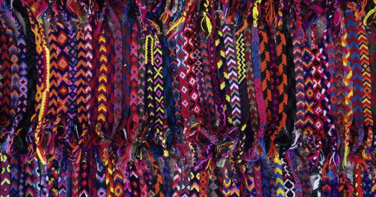 Como fazer uma trama de macramê no padrão de arco-íris em uma pulseira da amizade. As pulseiras da amizade existem em todas as formas e padrões desde as listras básicas até padrões tecidos de maneiras um pouco mais complexas. Para fazer uma pulseira da amizade em macramê, compre um pouco de linha para bordado, que é um fio fino, colorido e que poderá ser encontrado em lojas de artesanato. Uma série de nós criará o padrão para a ...