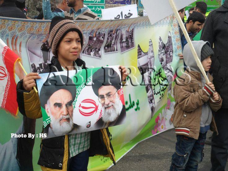 """Sambut Ultah Ke-37 Kemenangan Revolusi Islam, Warga Iran: Semangat Kami Masih Sama Seperti Dulu  """"Allahu Akbar.. Allahu Akbar… Khamenei Rahbar… Margh bar Amrika … """" http://bit.ly/1SnN0RO"""