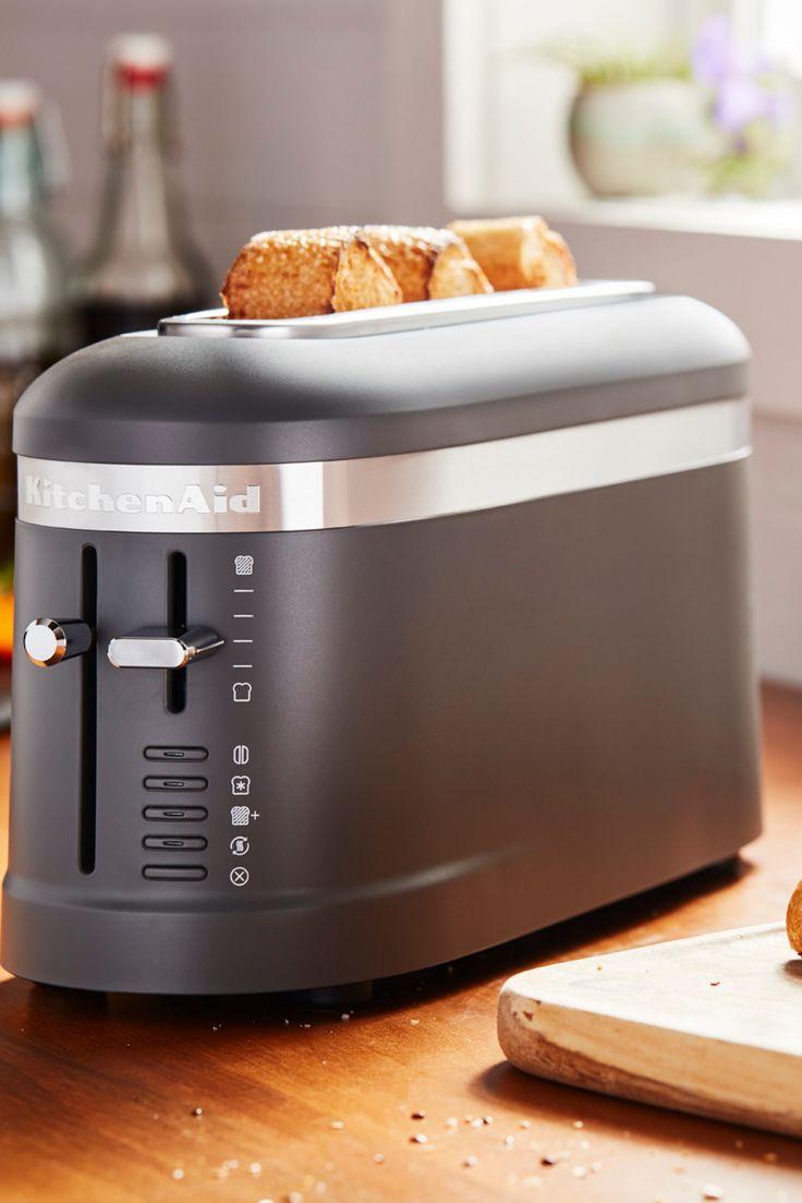 Black matte 4 slice long slot toaster with highlift lever