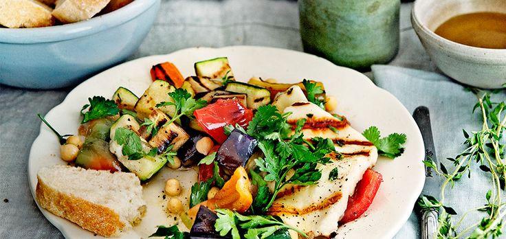 geroosterde groentesalade met halloumi hoofdgerecht | 4 personen v 1 gele en/of groene courgette, in stukjes 1 aubergine, in blokjes 1 rode paprika, in repen 3 pruimtomaten, in stukken 7 el olijfolie extra vierge 2 tenen knoflook, fijngesneden 1 el tijmblaadjes 450 g halloumi, (2 pakjes à 225 g) in plakken van ½ cm 1 …
