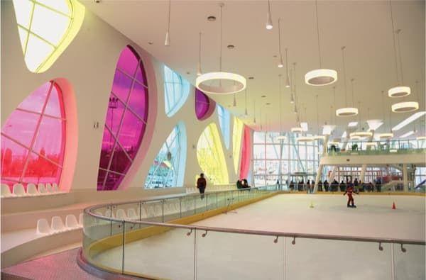 Moderno edificio en Turquía con una pista de hielo para patinar. Destaca por la impresionante fachada con grandes ventanales amorfos de colores, y los soportes inclinados de la entrada. Descripción y planos.