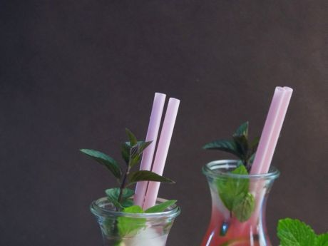 Lemoniada z rabarbaru - idealna propozycja na letni napój. Łatwa w przygotowaniu!