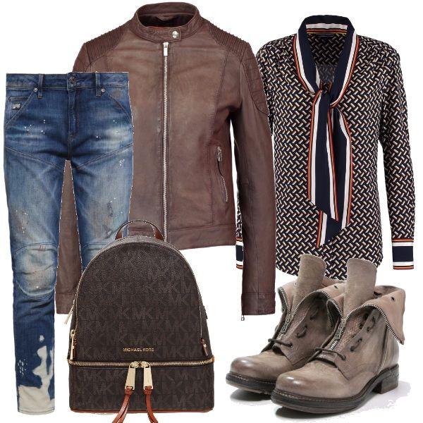 L' outfit ideale per chi ama la moto. Jeans baggy, camicia con fantasia geometrica e collo a scialle. Giacca in pelle marrone, stivaletti biker da donna e zainetto con logo, entrambi brown.