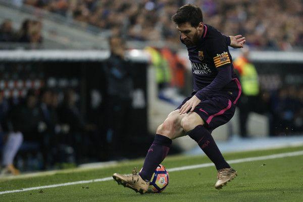 Barcelona's Argentinian forward Lionel Messi controls the ball during the Spanish league football match RCD Espanyol vs FC Barcelona atthe Cornella-El Prat stadium in Cornella de Llobregat on April 29, 2017. / AFP PHOTO / PAU BARRENA
