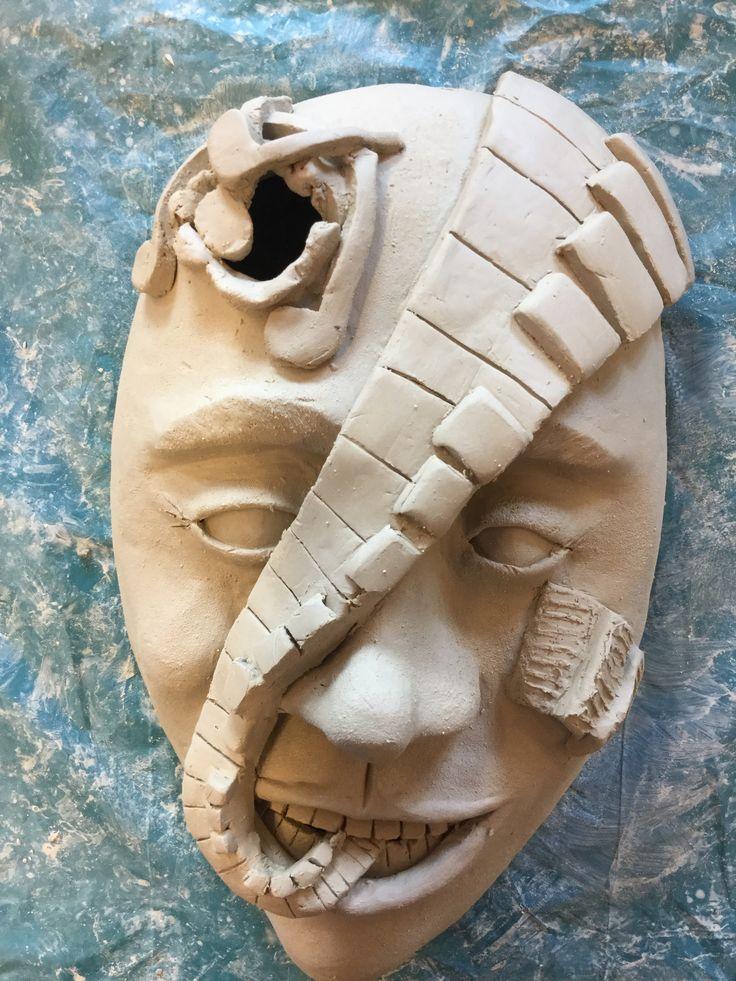 Vandaag heb ik mijn masker afgemaakt. Ik heb het bladmuziek nog wat mooier gemaakt. Ook heb ik de structuur van het gezicht gemaakt om een nog mooier effect te krijgen. Als laatste heb ik gaatjes in het hoofd gemaakt om de luchtbelletjes weg te halen. Daarna heb ik de gaatjes weer dichtgesmeerd. Ik vind mijn masker heel mooi geworden, ik vind het alleen jammer dat ik de zwarte toetsen niet goed heb geteld. Maar dat valt helukkig niet echt op.
