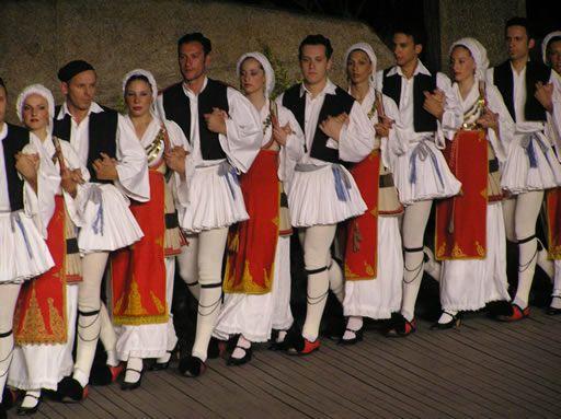 Καγκελευτός χορός. Ενδυμασίες: Φουστανέλα και Δεσφίνα.